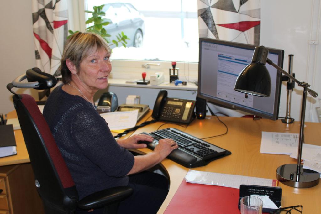 Lis-Marie Magnusson på sitt kontor hos Älgskadefondsföreningen i Åseda.